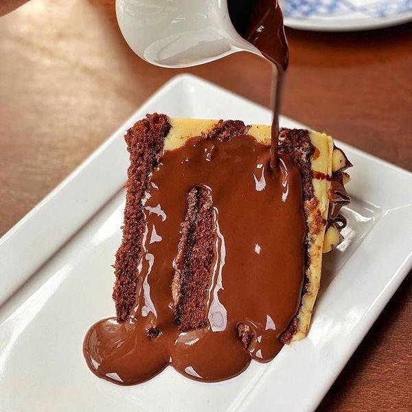 Bolo com calda de chocolate da Chocolateria Brasil