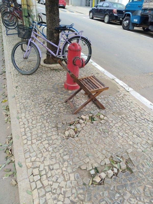 Cadeira é colocada no local onde bancos foram retirados . Crédito: Leitor