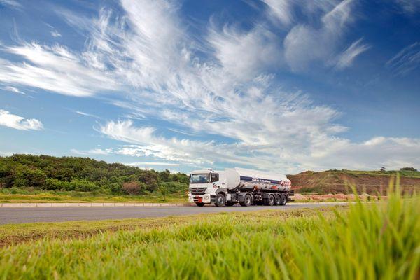 Caminhão para distribuição de combustíveis. Crédito: ALE SAT/ Unsplash