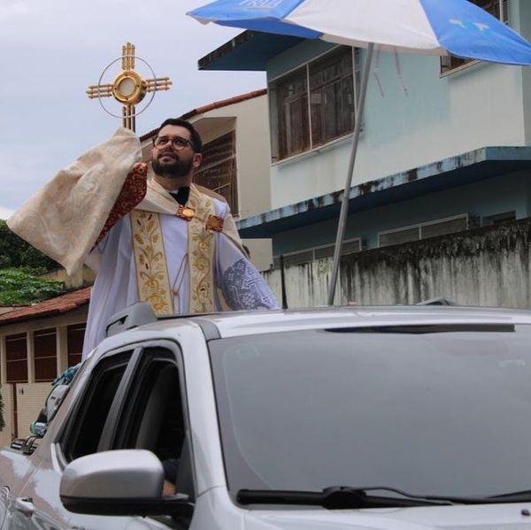 Com o Santíssimo, padre Jairo abençoou os moradores do Ibes e região. Crédito: Divulgação/PSMDIBES