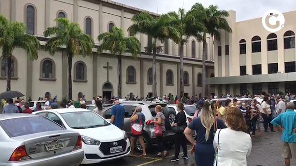 Idosos lotam fila de vacinação contra a gripe no Santuário de Vila Velha