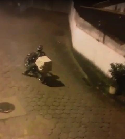 Motociclista solitário percorre ruas para levar mensagem de fé