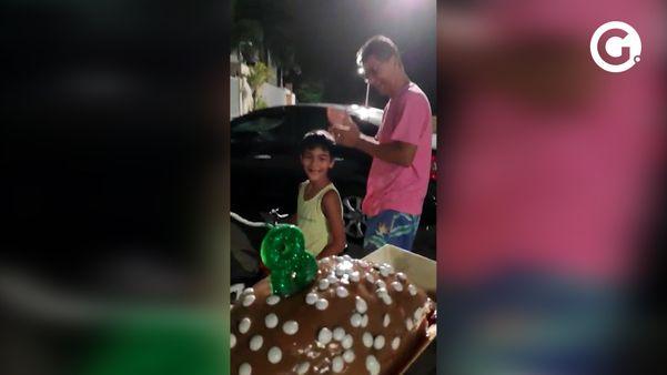 O pequeno André Scaramussa Castro, de 8 anos, ganhou um parabéns diferente dos vizinhos, em Linhares. Crédito: Reprodução/ Acervo pessoal