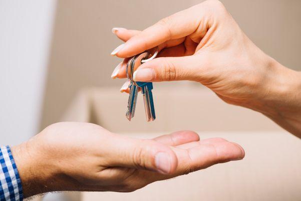 As chaves devem ser colocadas em um recipiente logo após chegar em casa