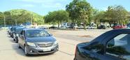 Veículos formam filas para vacinação de idosos em drive-thru no Parque da Prainha, em Vila Velha