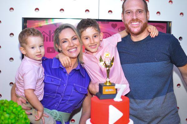 A empresária Roberta Drummond,, e o advogado João Eugênio Modenesi com os filhos Lauro e João Vitor