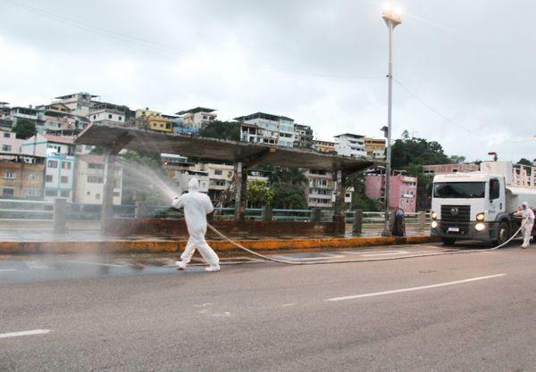 Cachoeiro lava espaços públicos com produto desinfetante