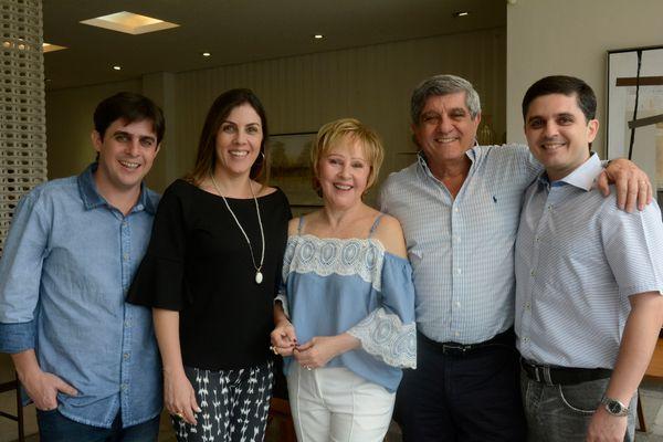 Carmem Dolores e Guilherme Souto com os filhos Rodrigo, Marcela e Eduardo em evento na Stampa
