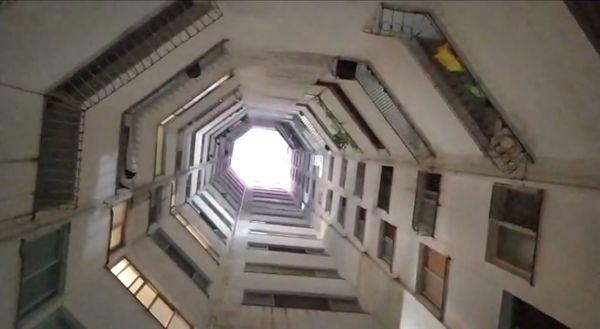 Fosso central do prédio colaborou para que as músicas pudessem ser ouvidas por todos os moradores, das próprias janelas