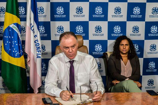 Governador do Espírito Santo, Renato Casagrande, e a vice-governadora, Jaqueline Moraes, durante reunião por videoconferência com governadores
