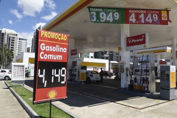 Data: 26/03/2020 - ES - Vitória - Gasolina a R$4,14 no posto Mata da Praia, que fica na esquina das Av. Simão Nader e Dante Michelini, Mata da Praia
