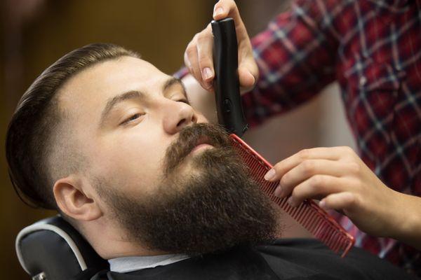 Homem aparando a barba: em época de coronavírus, surge da dúvida se é preciso retirar os pelos ou não