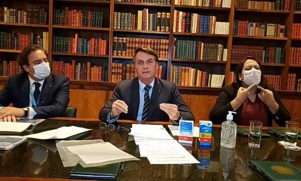 Jair Bolsonaro durante transmissão ao vivo no Facebook