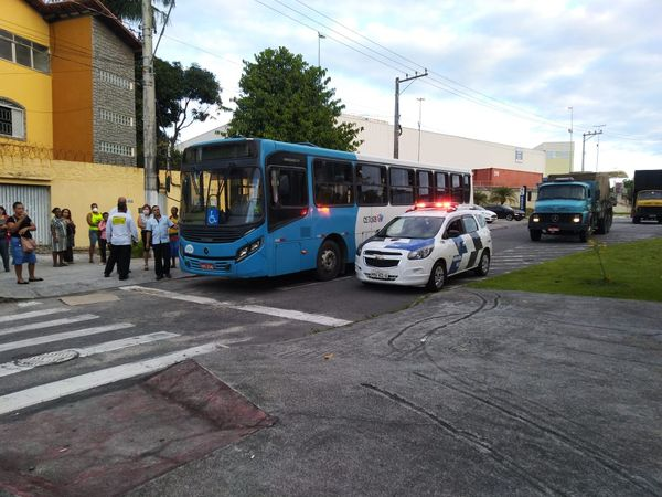 Motorista parou o ônibus para ajudar a mulher