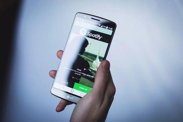O aplicativo de músicas Spotify roda em celulares, computadores e Smartvs