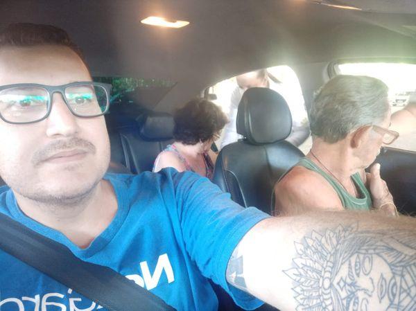 Para evitar que fiquem em aglomeração, cachoeirense leva idosos gratuitamente para vacinação