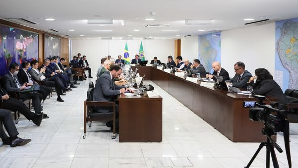 Presidente Jair Bolsonaro, ministros e parlamentares durante videoconferência com governadores da região Norte. Carlos Bolsonaro também participou