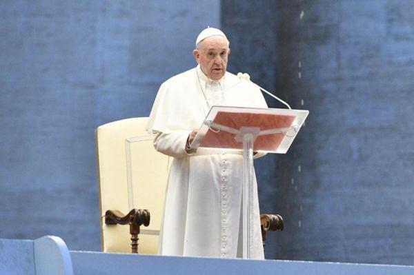 Papa Francisco realiza celebração diante da imensa praça vazia de São Pedro, no Vaticano, nesta sexta-feira, 27.