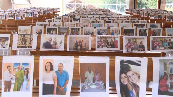 Imagens de fieis foram colocadas nos bancos da igreja, em Ibiraçu