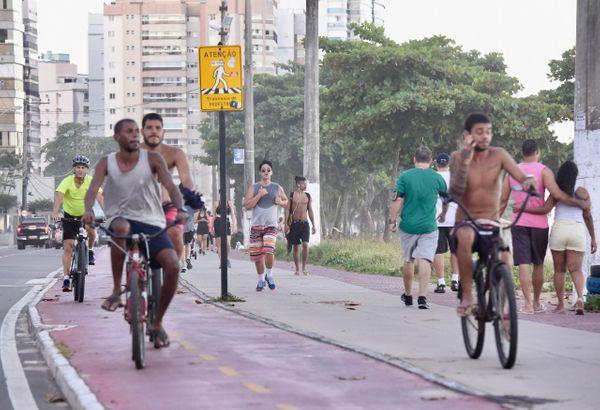 Mesmo com a orientação de isolamento social, a orla de Itapoã, em Vila Velha, registrou a presença de muitos frequentadores neste domingo (29).