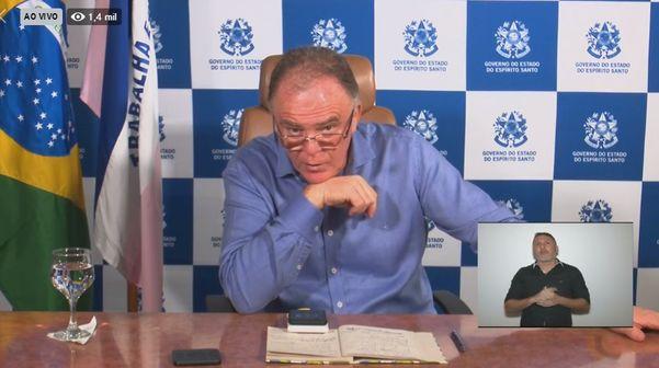 Governador Renato Casagrande atende ligação durante coletiva de imprensa sobre o novo coronavírus