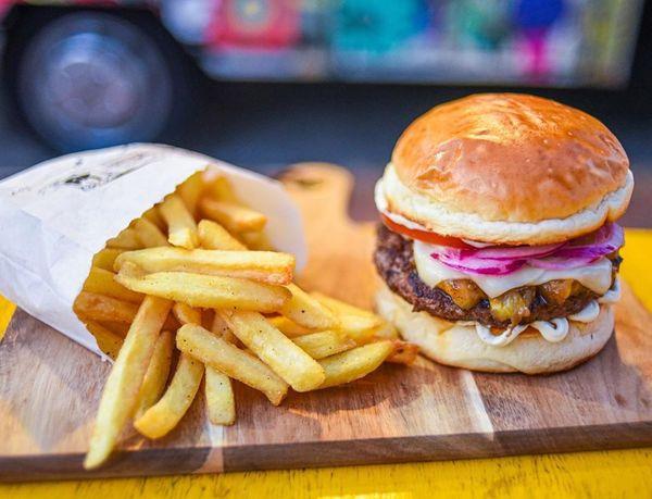 Hambúrguer e fritas da Whata! Hamburgueria