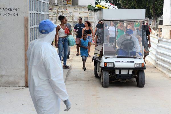 Combate ao coronavírus no cemitério de Iraja, RJ