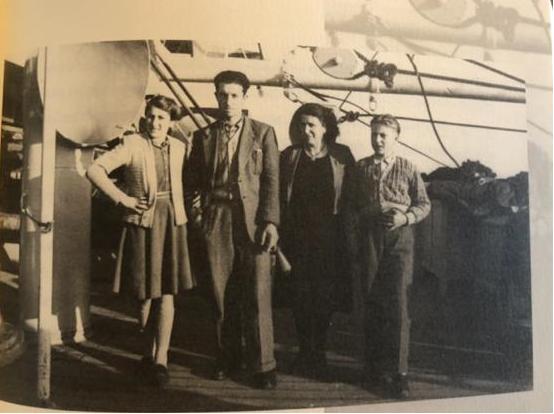 Nerina com o pai, Isidoro Bortoluzzi, a mãe, Vittoria Santa, e irmão Franco, em 1949, momento da imigração para o Brasil