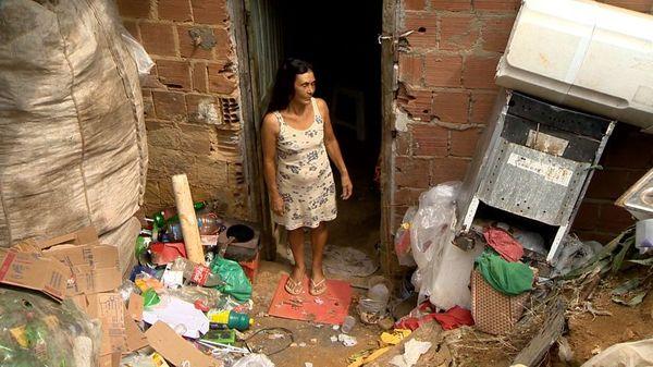 Penha teve a renda reduzida pela metade e precisar decidir entre comer ou pagar a conta de luz