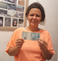 Andreia com a nota de R$ 100 que ganhou de um motorista de carro que passou pela BR 101 e solidarizou com a causa. Crédito: Acervo pessoal