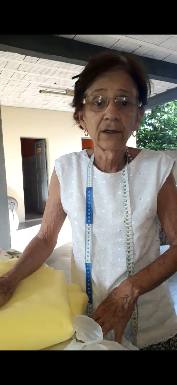 Idosa de 71 anos confecciona máscaras para doação em Fundão