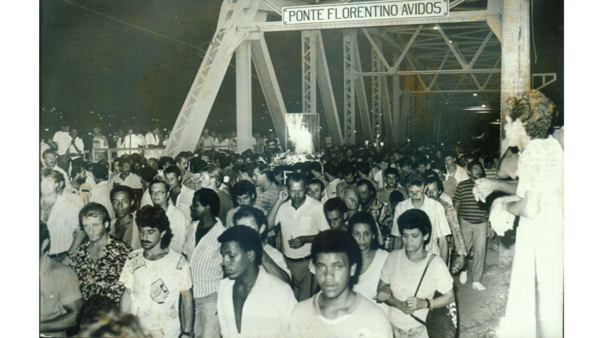 Romaria dos Homens passando pela Ponte Florentino Avidos
