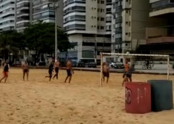 Cerca de 10 homens jogaram futebol na orla de Vila Velha nesta sexta-feira (10)
