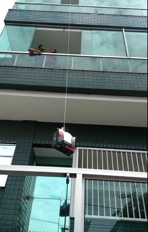 Da janela do prédio e usando uma corda, Maura e Clever entregaram os ovos de Páscoa para o neto
