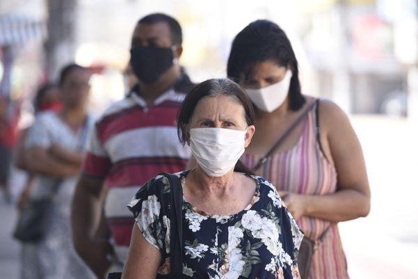 Clientes com máscara na fila do banco no bairro Glória, em Vila Velha. O Governo do Estado determinou o usar máscara de proteção contra o coronavírus