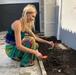 A modelo Aline Weber cuida da horta em casa