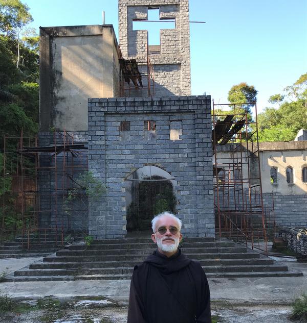 Dom Columba vive isolado em Fundão
