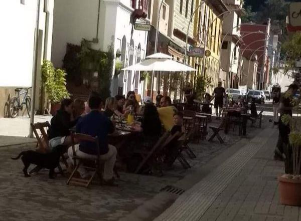 Santa Teresa: restaurantes e bares na rua de lazer funcionaram em horário restrito. Crédito: Reprodução/Redes sociais
