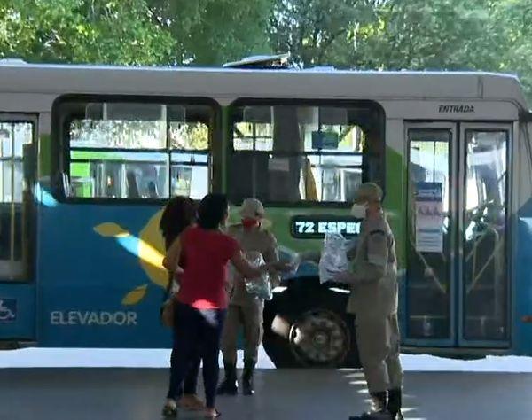 Militares dos Bombeiros distribuíram máscaras aos usuários do Transcol no Terminal Laranjeiras, na Serra
