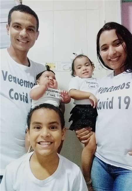 Pai e mãe e três crianças hoje estão em casa e comemoram a vitória após a doença