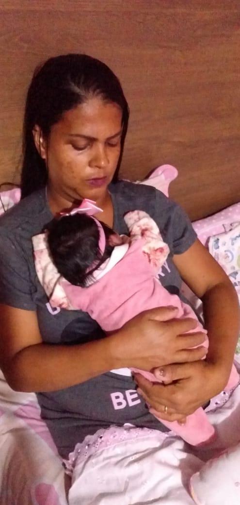 Juscileia Matheus de Messias, de 42 anos, e a pequena  Yfis Vitória, que nasceu no dia 2 de maior de 2020, em meio a pandemia do novo coronavírus