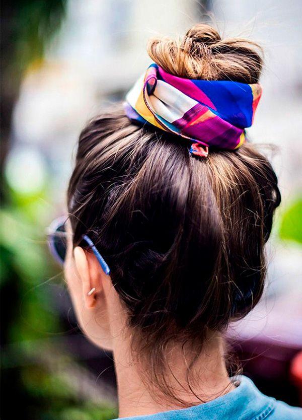 Além de deixar os fios alinhados, o lenço dá um toque todo especial no cabelo.