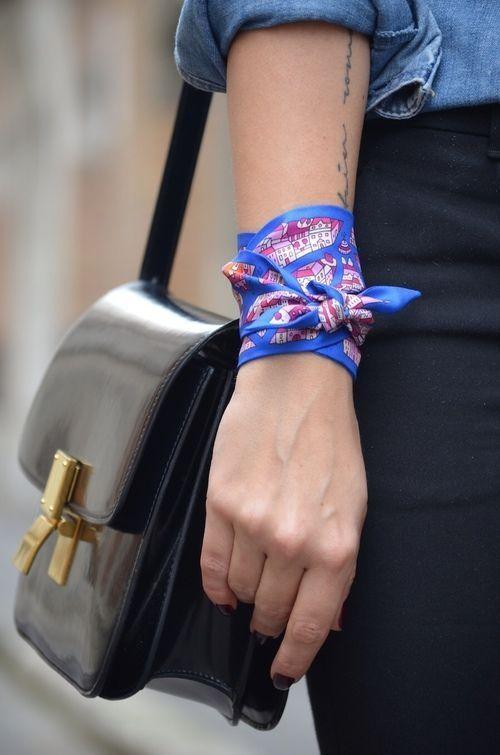 Pode ser um toque especial na bolsa ou até utilizado como pulseira.
