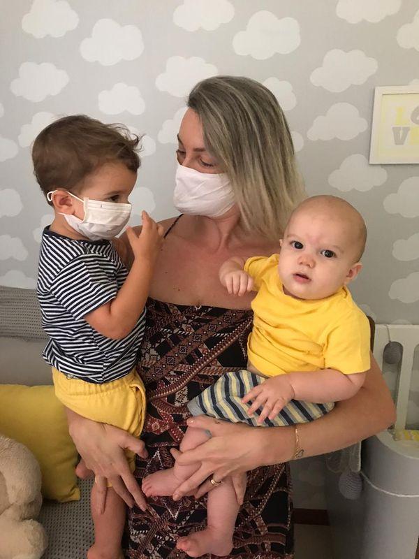 A dentista Carolina Brioschi adotou a máscara para o filho Benjamin, 2 anos, quando vai para consultas médicas e passeio com o cachorro