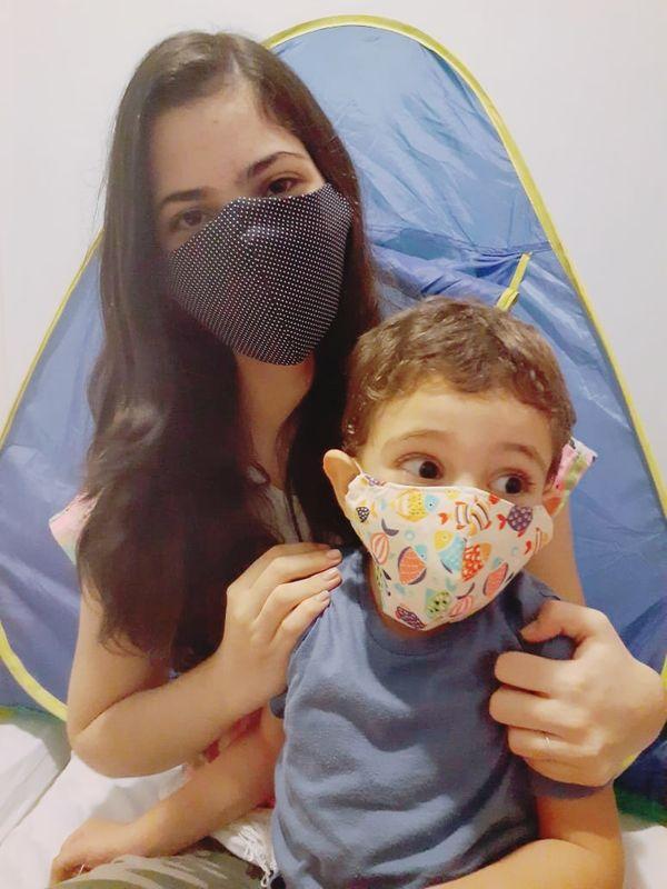 Flávia Dadalto também adotou a máscara para o filho Efraim, de 3 anos.