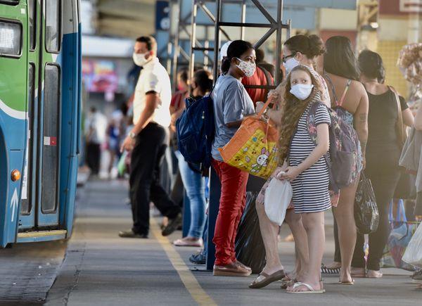 Movimentação de usuários do Transcol no Terminal do Ibes. A grande maioria dos passageiros está usando máscaras de proteção contra o coronavírus. Mas ainda é possível ver alguns sem ela.