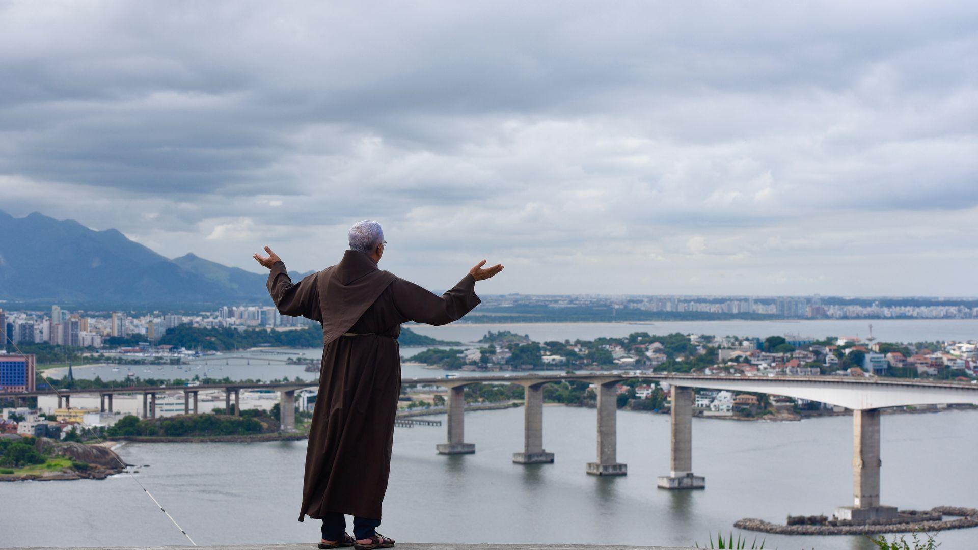 Frei Luiz Flávio Adami Loureiro, do alto do Convento da Penha, volta suas bênçãos para a cidade de Vitória e pede a Deus que possa eliminar o coronavírus