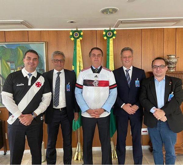 Flávio Bolsonaro, Alexandre Campello (presidente do Vasco), Jair Bolsonaro, Rodolfo Landim (presidente do Flamengo) e o diretor de marketing rubro-negro, Alexsander Santos