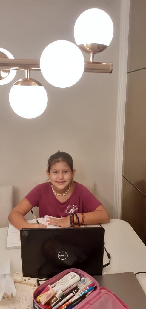 Sofia Maria Sarandy, 10 anos, aproveita o recreio virtual para conversar com as amigas