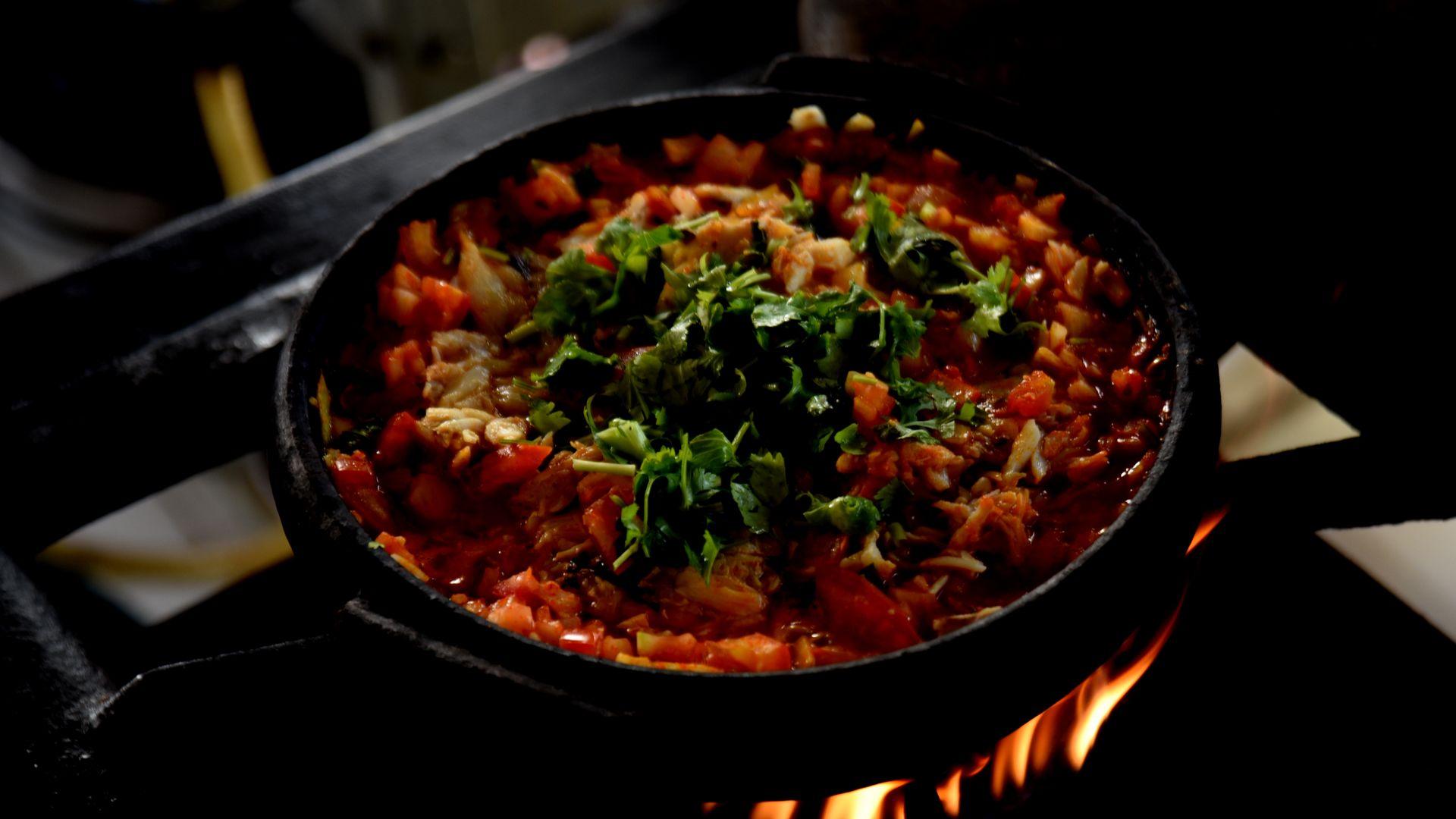 Data: 22/05/2020 - ES - Vitória - Moqueca de siri  sendo preparada no restaurante da Ilha das Caieiras, em Vitória- Editoria: Cidades - Foto: Ricardo Medeiros - GZ